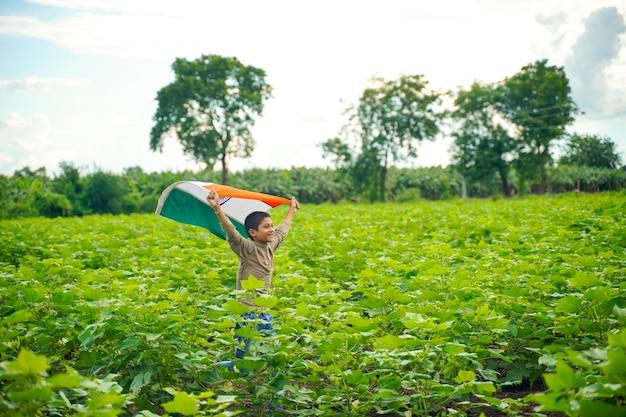 Bambino indiano che celebra l'indipendenza o il giorno della repubblica dell'india Foto Premium