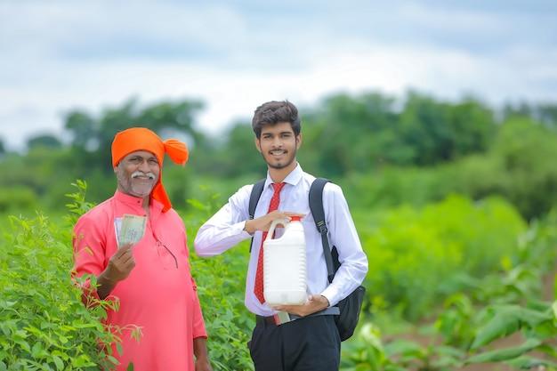 Contadino indiano con agronomo al campo Foto Premium