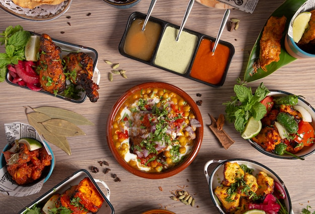 Buffet di cibo indiano, tavolo da ristorante. varietà di piatti tipici della cucina indiana Foto Premium