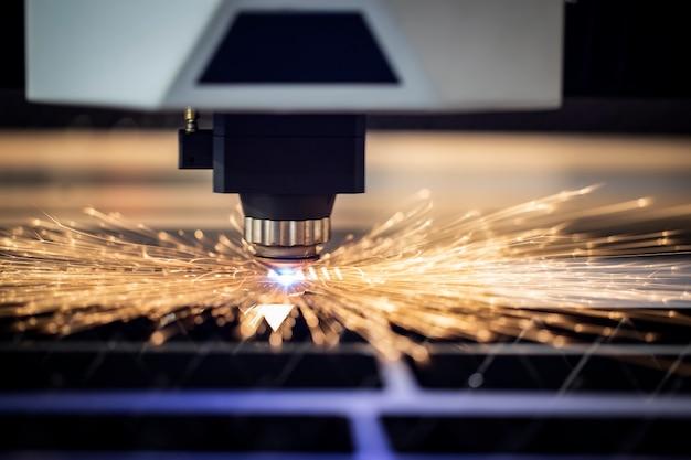 Macchina laser industriale taglia pezzi in lamiera d'acciaio. Foto Premium