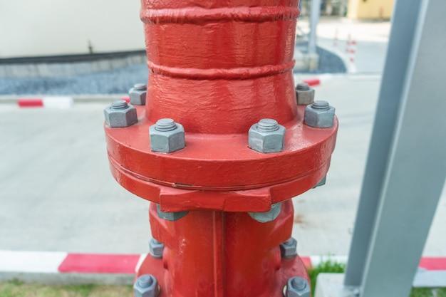 Tubazioni industriali in acciaio rosso con bullone e dado Foto Premium