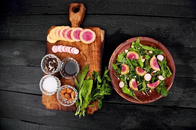 Piatto marrone dell'ingrediente e dell'insalata Foto Premium