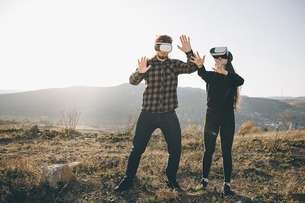 Concetto di innovazione vr 360 tecnologia, due persone in realtà virtuale box gadget tecnologia sulla strada Foto Premium