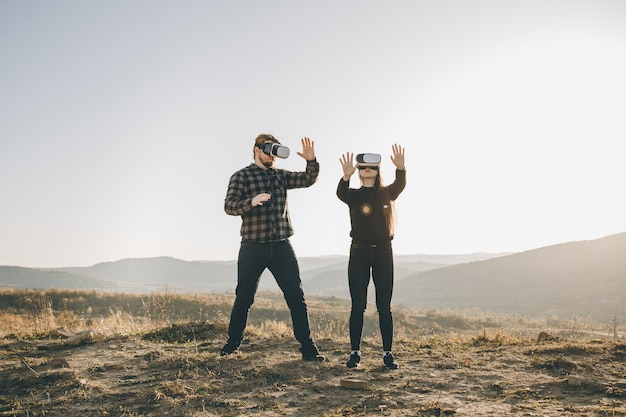 Concetto di tecnologia di innovazione vr, due persone nella tecnologia di gadget di occhiali scatola di realtà virtuale sulla strada Foto Premium