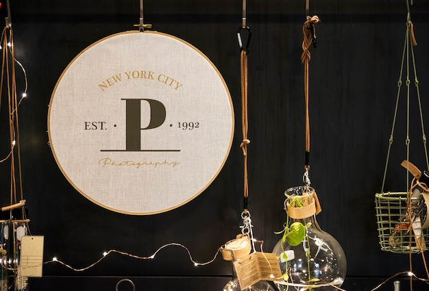 Esposizione di decorazioni interne con segno mockup Foto Premium