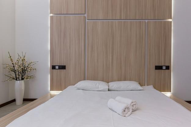 Fotografia di interni, camera da letto moderna combinata con bagno, in bianco Foto Premium