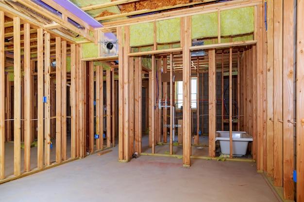 Incorniciatura di pareti interne con installazione di tubazioni nel seminterrato bagno rimodellare sotto il lavoro idraulico del pavimento Foto Premium