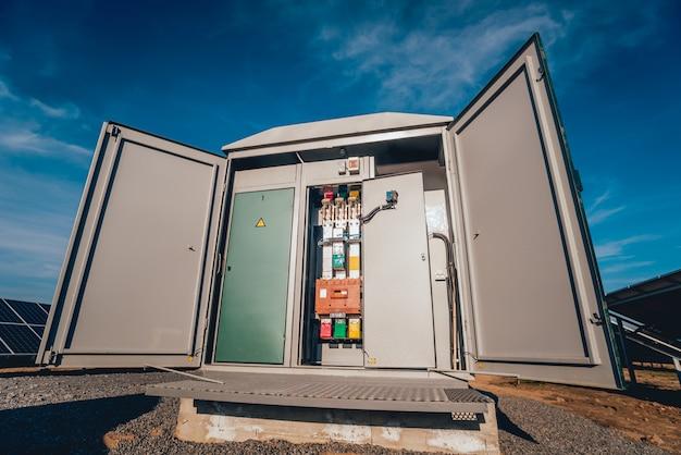 Inverter e accumulo di energia. parco a celle solari Foto Premium