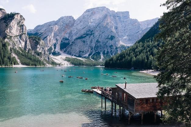Italia - lago con montagne con tipiche barche in legno sul lago di braies. Foto Premium