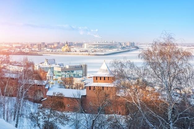 Torre ivanovskaya del cremlino di nizhny novgorod, vista sul volga ghiacciato e la cattedrale alexander nevsky Foto Premium