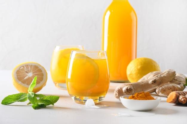 Bevanda a base di erbe indonesiane jamu con ingredienti naturali curcuma, zenzero, limone. Foto Premium