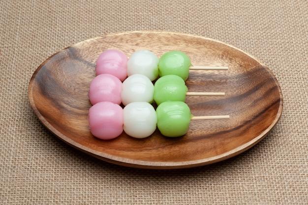 Dolce tradizionale giapponese chiamato dango mochi sul piatto di legno. Foto Premium