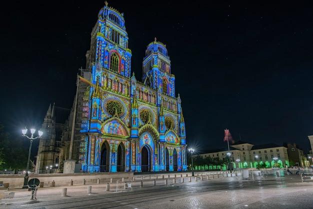Via giovanna d'arco che sfocia nella chiesa della santa croce a orleans, in francia. illuminato con la tecnica chiamata maping Foto Premium