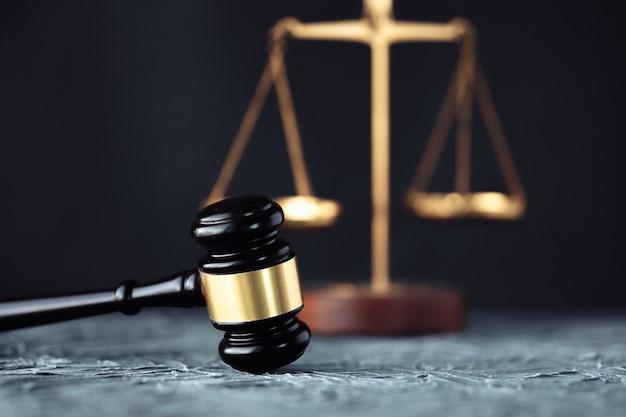 Martelletto del giudice con gli avvocati della giustizia che hanno riunione della squadra allo studio legale in background Foto Premium