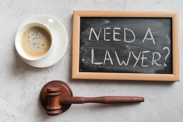 Martelletto del giudice con lavagna e caffè Foto Premium
