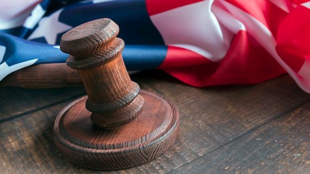 Martelletto del giudice con bandiera Foto Premium