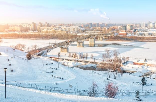 Ponte kanavinsky sul fiume oka a nizhny novgorod in inverno Foto Premium
