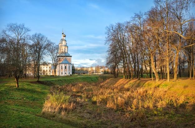 Chiesa di kazan con un campanile al cremlino di uglich Foto Premium