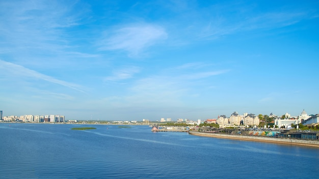 Argine del fiume kazanka con vista sul cremlino di kazan. giornata di sole estivo Foto Premium