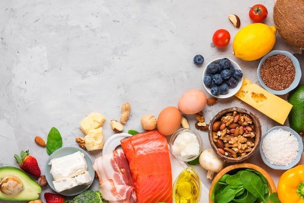 Concetto di dieta keto. alimenti dietetici chetogenici. alimenti a basso contenuto di carboidrati bilanciati. verdure, pesce, carne, formaggio, noci Foto Premium