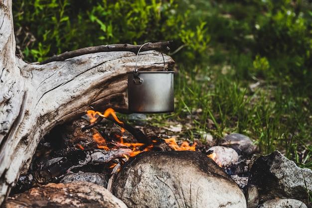 Bollitore appeso al fuoco Foto Premium