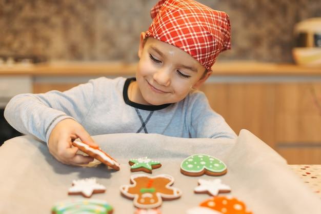 Bambino che gode dei biscotti di natale Foto Premium