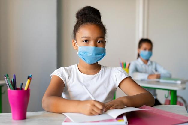 I bambini tornano a scuola in tempo di pandemia Foto Premium