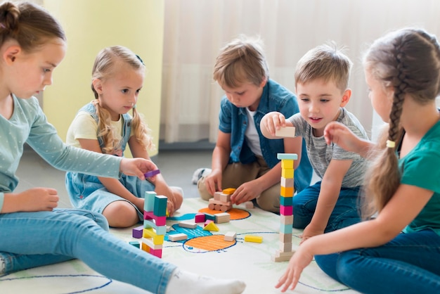 Bambini che giocano insieme all'asilo Foto Premium