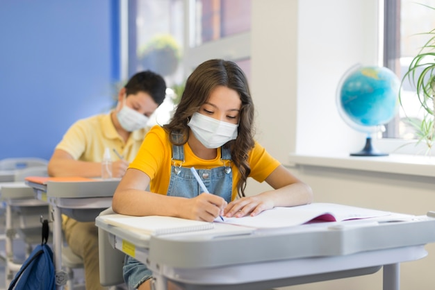Bambini a scuola con le maschere Foto Premium