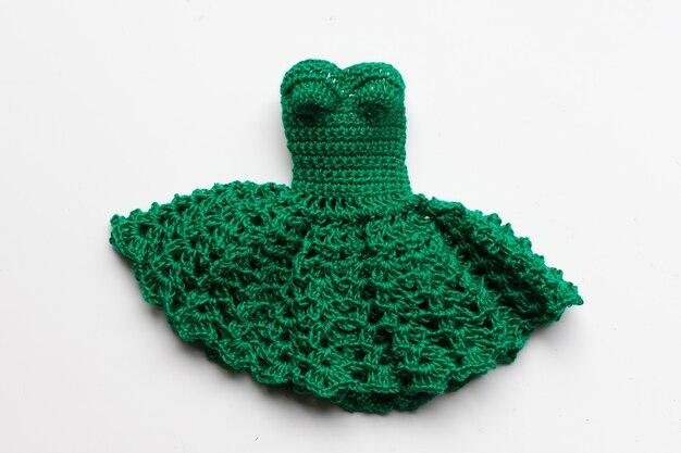 Abito verde lavorato a maglia per bambola. Foto Premium