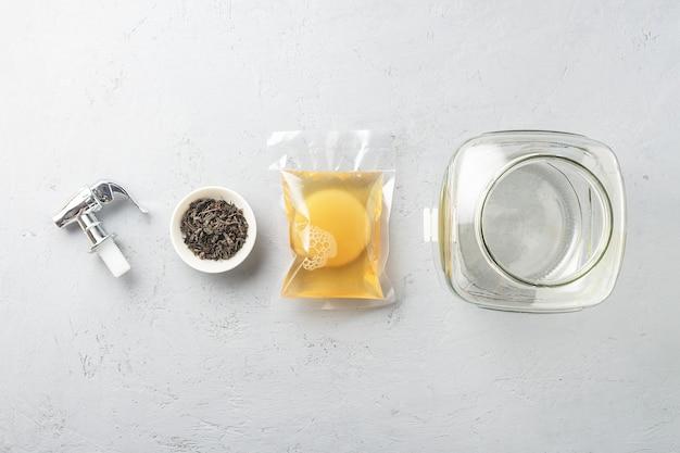 Kombucha in una confezione con ingredienti per cucinare. alimenti fermentati. Foto Premium