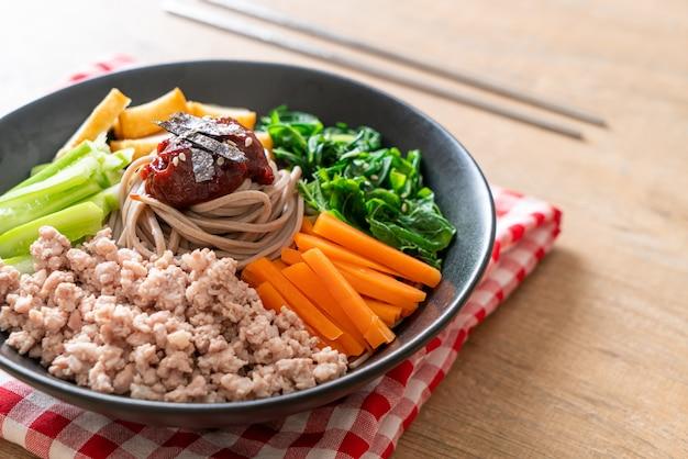 Tagliatelle fredde piccanti coreane chiamate bibim makguksu Foto Premium