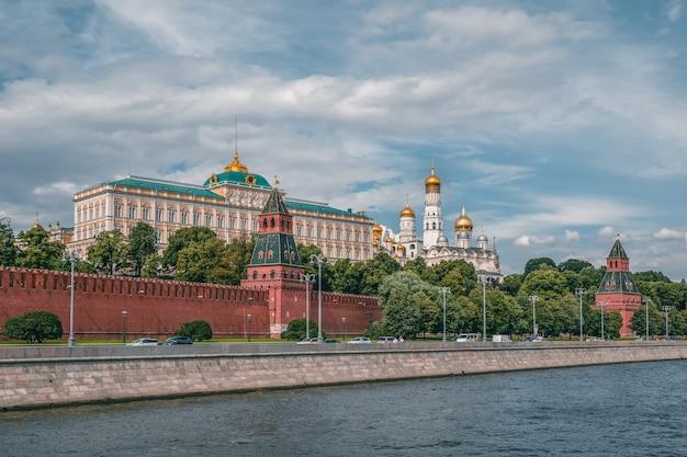 Argine del cremlino in una giornata estiva. torri del cremlino di mosca. campanile di ivan il grande. chiese a mosca. Foto Premium