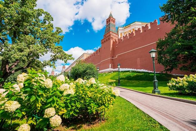 Torre e mura del cremlino a mosca, l'attrazione principale della russia Foto Premium