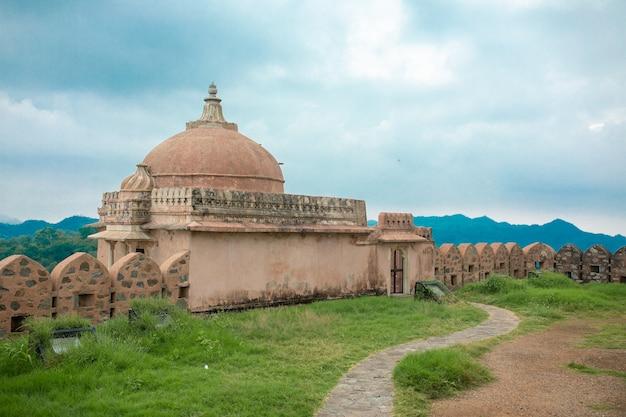 Il forte di kumbhalgarh è una fortezza di mewar costruita sulle colline aravalli nel xv secolo dal re rana kumbha nel distretto di rajsamand, vicino a udaipur. è un sito del patrimonio mondiale incluso in hill forts of rajasthan. Foto Premium