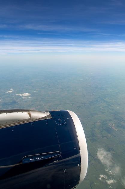 Paesaggio dal finestrino di un aeroplano sopra i campi volanti Foto Premium