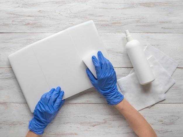 Disinfezione del laptop per proteggersi da batteri e virus Foto Premium
