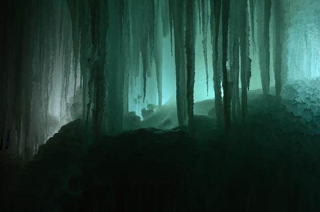 Grandi blocchi di cascata ghiacciata o caverna Foto Premium