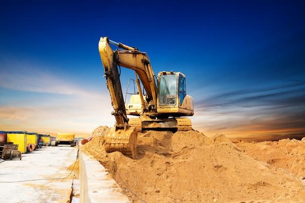 Grande escavatore su un campo Foto Premium