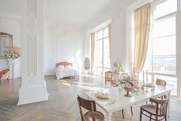 Camera ampia e spaziosa con un loft alla moda Foto Premium