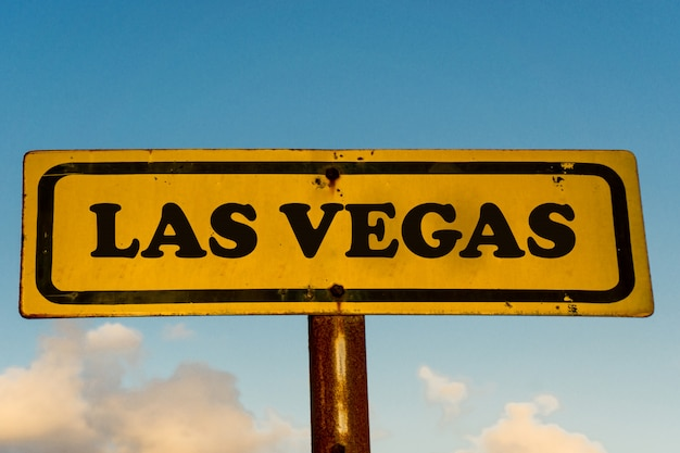 Vecchio segno giallo della città di las vegas con cielo blu Foto Premium