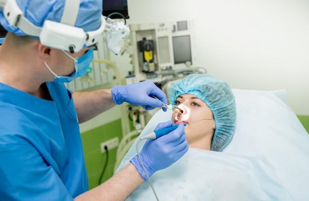 Vaporizzazione laser del concha nasale con metodo della tecnologia di cobalazione. chirurgia del seno endoscopico. Foto Premium