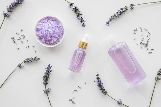 Fiori di lavanda e bottiglia di petali con profumo Foto Premium