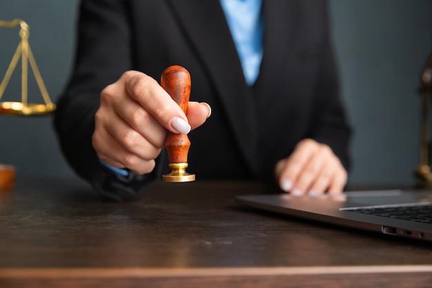 Avvocato donne d'affari che lavorano e notaio firma i documenti in ufficio. avvocato consulente Foto Premium