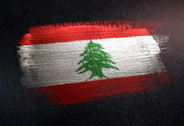 Bandiera del libano fatta di vernice spazzola metallica sulla parete scura del grunge Foto Premium