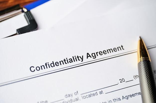 Documento legale accordo di riservatezza su carta da vicino. Foto Premium
