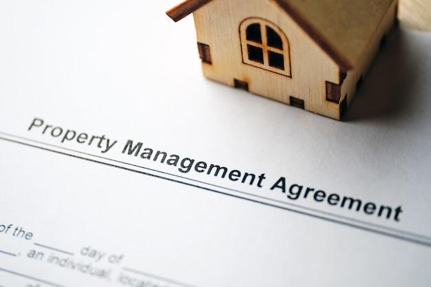 Documento legale accordo di gestione della proprietà su carta da vicino. Foto Premium