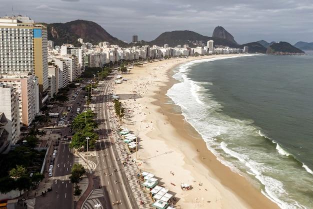 La leggendaria spiaggia di copacabana a rio de janeiro, brasile. Foto Premium