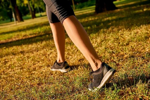 Le gambe di una donna che corre Foto Premium