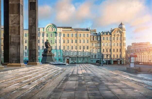Biblioteca lenin a mosca e monumento a dostoevskij in una soleggiata giornata invernale Foto Premium